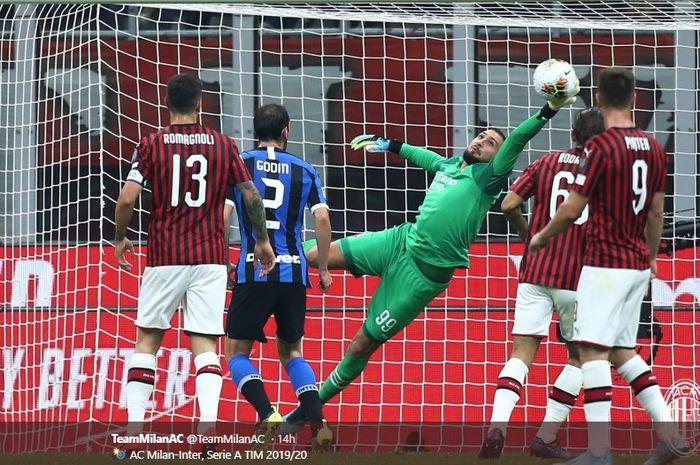 Aksi kiper AC Milan, Gianluigi Donnarumma, menghalau tendangan pemain Inter Milan dalam pertandingan bertajuk Derby della Madonnina di Stadion San Siro, 21 September 2019