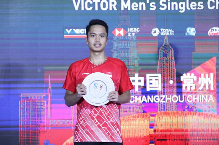 Pebulu tangkis tunggal putra Indonesia, Anthony Sinisuka Ginting, berpose dengan piagam runner-up China Open 2019.