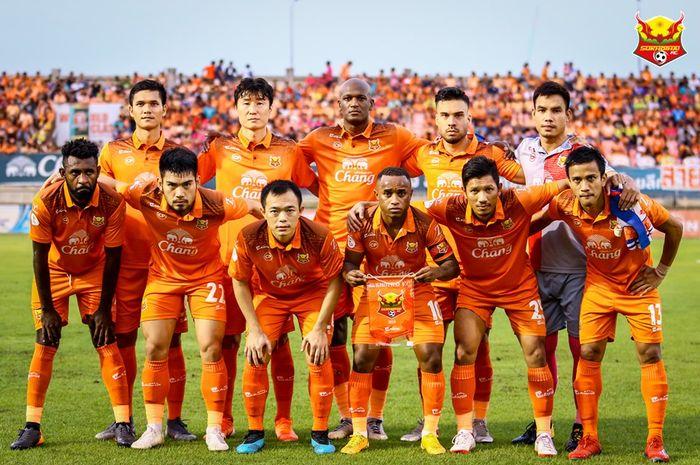 Bek Indonesia, Yanto Basna (depan paling kiri) bersama pemain Sukhothai FC jelang laga kontra Muangthong United pada pekan ke-27 Liga Thailand 1 2019 di Stadion Thalay Luang, 21 September 2019.