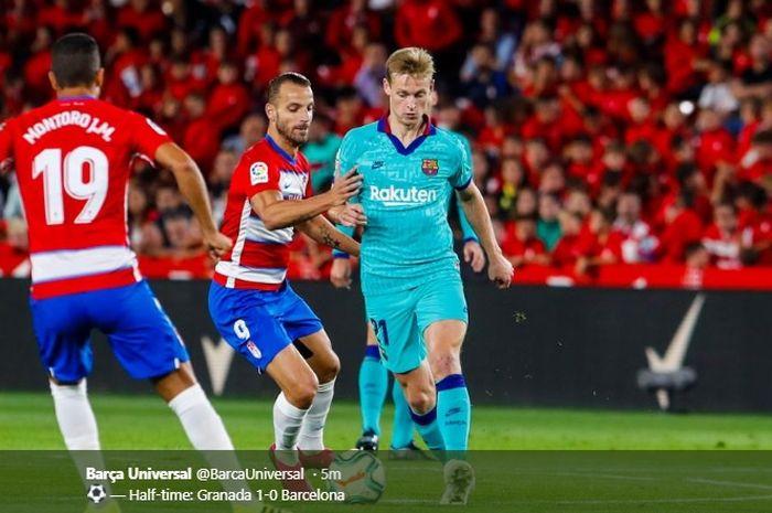Aksi Frenkie de Jong dikepung dua pemain Granada pada pertandingan pekan kelima Barcelona di Liga Spanyol, Sabtu (21/9/2019).