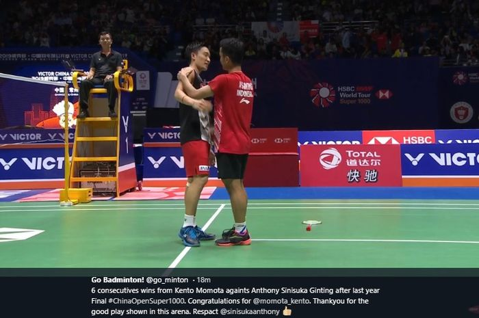 Momen keakraban Kento Momota (kiri) dan Anthony Sinisuka Ginting setelah pertandingan final China Open 2019 di Olympic Sports Center Gymnasium, Changzhou, China, 22 September 2019.