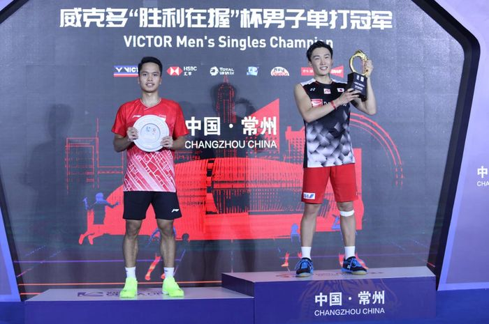 Pebulu tangkis tunggal putra Indonesia, Anthony Sinisuka Ginting, berpose di podium runner-up bersama juara China Open 2019, Kento Momota (Jepang).