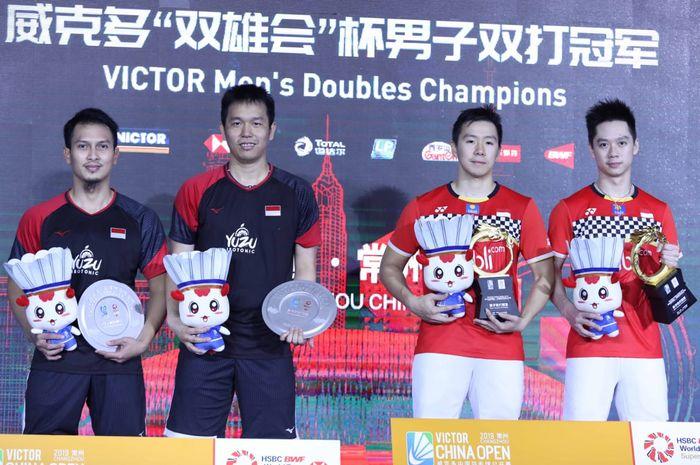 Dua pasangan ganda putra Indonesia, Mohammad Ahsan/Hendra Setiawan (kiri) dan Marcus Fernaldi Gideon/Kevin Sanjaya Sukamuljo, berpose bersama di podium kampiun China Open 2019.