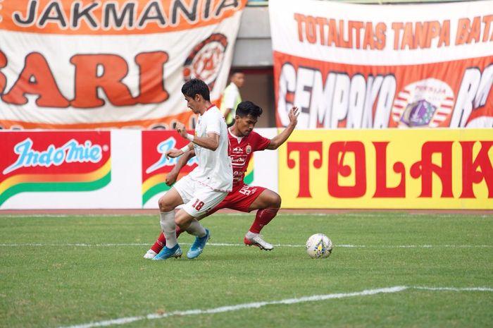 Bek Barito Putera, Gavin Kwan Adsit (depan) mencoba menahan laju penyerang Persija, Heri Susanto pada laga pekan ke-20 Liga 1 2019 di Stadion Patriot, Kota Bekasi, Senin (23/9/2019).