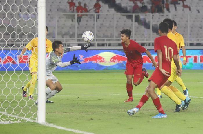 Pemain Timnas U-16 Indonesia nyaris membobol gawang Timnas U-16 China dalam laga terakhir Grup G Kualifikasi Piala Asia U-16 2020 di Stadion Madya, Senayan, Jakarta, Minggu (22/9/2019) malam WIB.