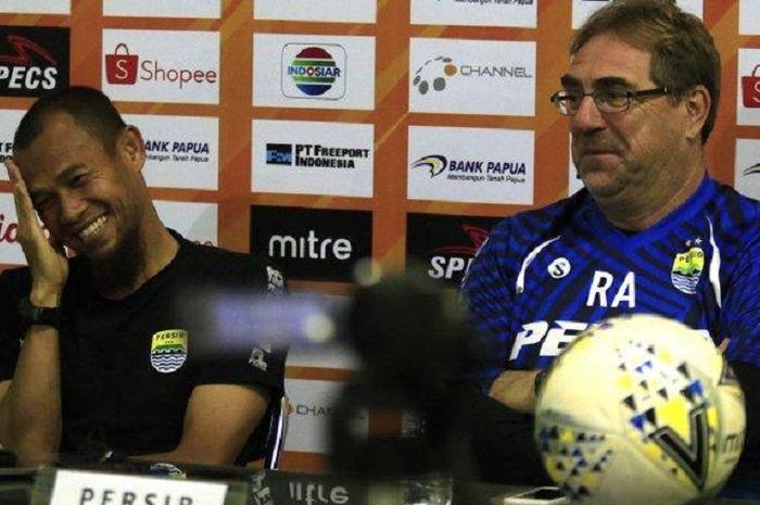 Pelatih Persib Bandung Robert Rene Alberts tertawa bersama Supardi Nasir dalam konferensi pers di Sidoarjo, Jawa Timur, Senin (23/9/2019), menjelang duel kontra Persipura Jayapura.