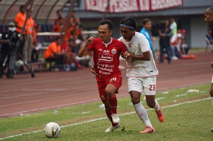 Gelandang Persija, Rachmad Hidayat (kiri) dikawal ketat pemain Barito Putera, Ady Setiawan pada laga pekan ke-20 Liga 1 2019 di Stadion Patriot, Kota Bekasi, 23 September 2019.