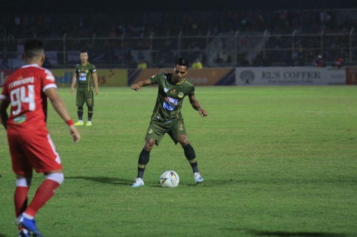 Bek kiri Tira Persikabo, Abduh Lestaluhu saat laga kontra tuan rumah Perseru Badak Lampung FC, di Stadion Sumpah Pemuda, Bandar Lampung, Senin (23/9/2019).