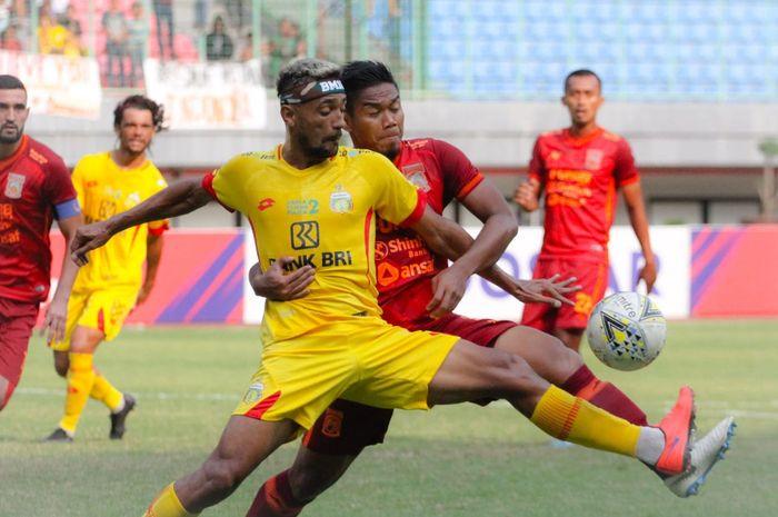 Pemain Borneo FC, Wildansyah, menjaga ketat penyerang Bhayangkara FC, Bruno Matos, pada pekan ke-20 Liga 1 2019 di Stadion Patriot Chandrabhaga, Kota Bekasi, Minggu (22/9/2019).