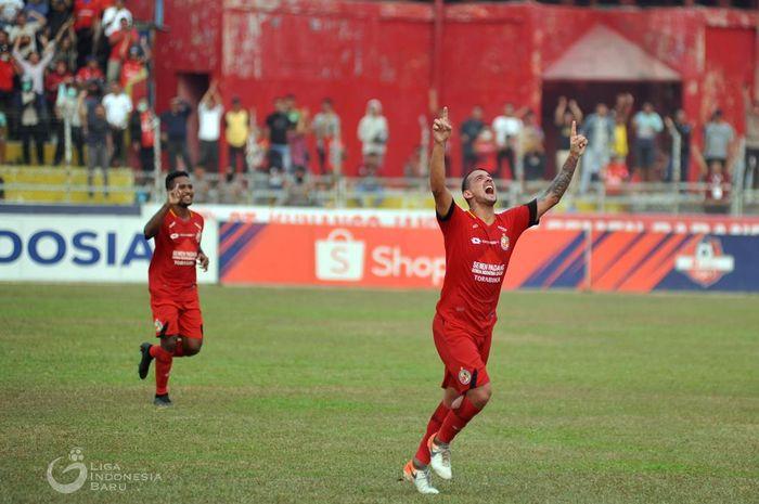 Pemain asing Semen Padang, Flavio Beck Junior saat merayakan golnya ke gawang PSM Makassar, di Stadion Haji Agus Salim, Padang, Senin (23/9/2019).