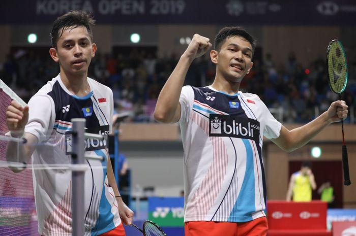 Pasangan ganda putra Indonesia, Fajar Alfian/Muhammad Rian Ardianto, melakukan selebrasi setelah memenangi laga melawan Li Junhui/Liu Yuchen pada babak semifinal Korea Open 2019.