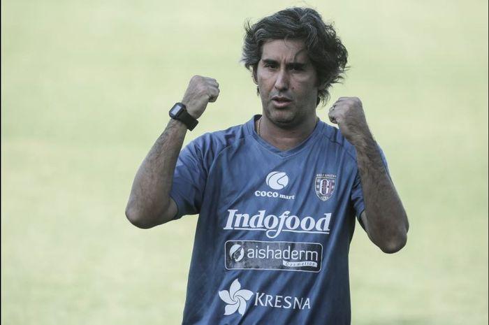 Ekspresi pelatih Bali United, Stefano Cugurra alias Teco.