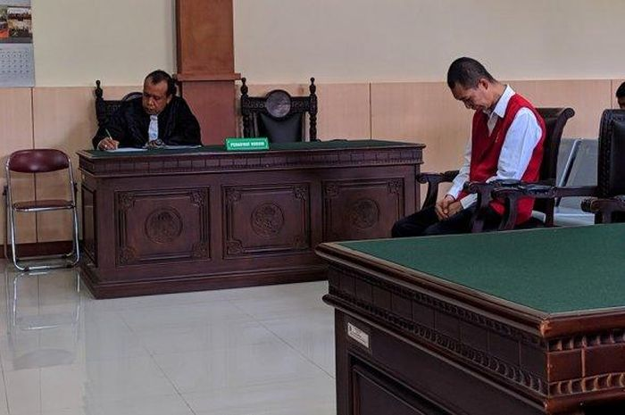 Deni (37) terdakwa kasus pembunuhan dan mutilasi di Banyumas hanya bisa tertunduk dan menangis di Pengadilan Negeri Banyumas, Selasa (1/10/2019).