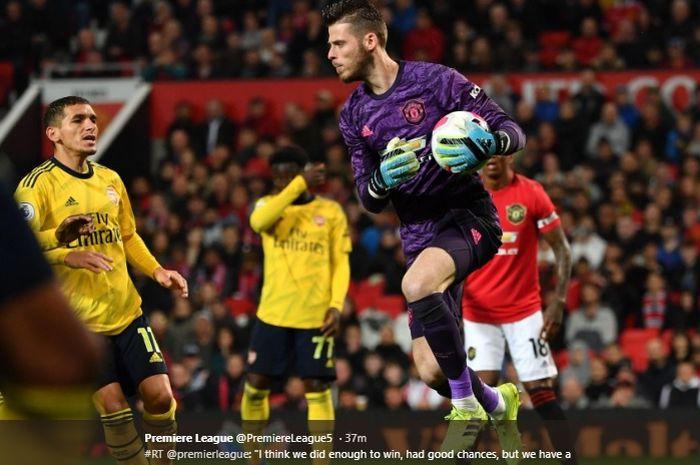 Kiper Manchester United, David de Gea, melakukan penyelamatan kala timnya bersua Arsenal di Stadion Old Trafford, Senin (30/9/2019).
