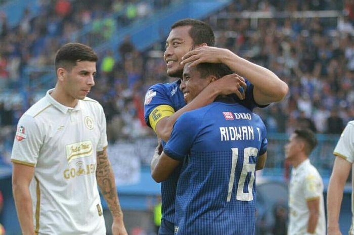Pemain Arema FC Ridwan Tawainella, melakukan selebrasi bersama sang kapten Hamka Hamzah, setelah mencetak gol kedua ke gawang PSS Sleman pada Pekan 20 Liga 1 2019 yang berakhir dengan skor 4-0 di Stadion Kanjuruhan, Kabupaten Malang pada Selasa (24/09/2019) sore.