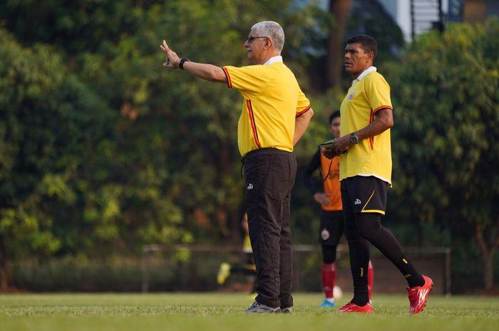 Duet pelatih Persija Jakarta, Edson Araujo Tavares alias Edson Tavares bersama Antonio Claudio, di Lapangan PSAU, Halim Perdanakusuma, Jakarta Timur, Selasa (1/10/2019).