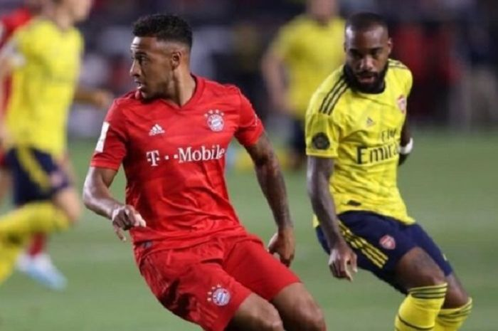 Corentin Tolisso berduel dengan Alexandre Lacazette dalam partai persahabatan Bayern Muenchen vs Arsenal.
