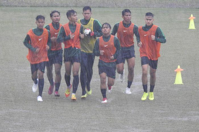 Serdy Hepyfano (2 dari kanan) saat latihan perdana timnas U-19 Indonesia di Stadion Pajajaran, Kota Bogor, Kamis (26/9/2019).