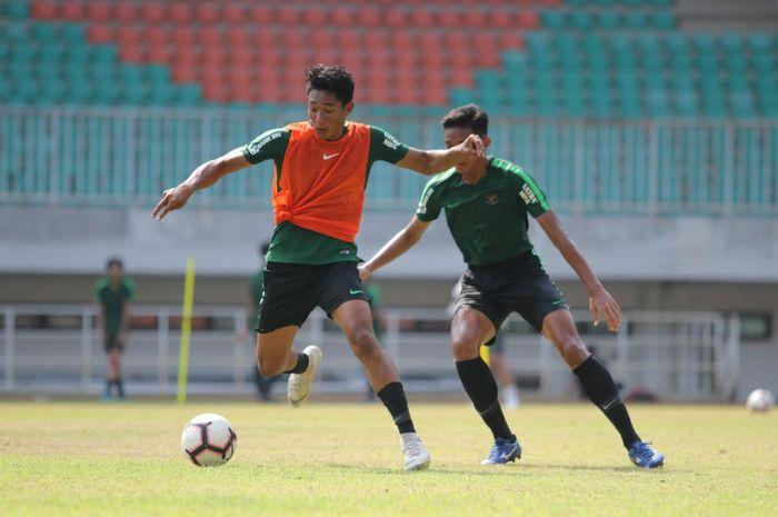 Serdy Hepyfano (kiri, rompi oranye) saat latihan perdana timnas U-19 Indonesia di Pakansari di Kabupaten Bogor.