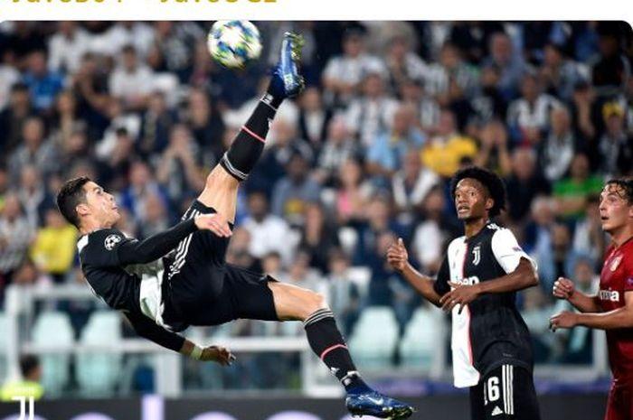Megabintang Juventus, Cristiano Ronaldo (kiri), beraksi dalam laga Grup D Liga Champions melawan Bayer Leverkusen di Juventus Stadium, Selasa (1/10/2019).