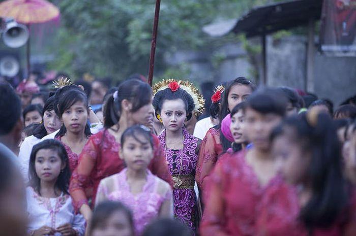 Gadis 14 tahun menikah dengan bocah laki-laki berusia sama di Mataram, Nusa Tenggara Barat, pada 2014.