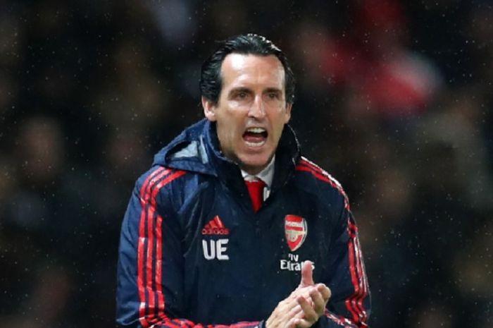 Pelatih Arsenal, Unai Emery memberikan instruksi kepada anak asuhnya untuk menang melawan Standard Liege dalam lanjutan Liga Europa grup F.