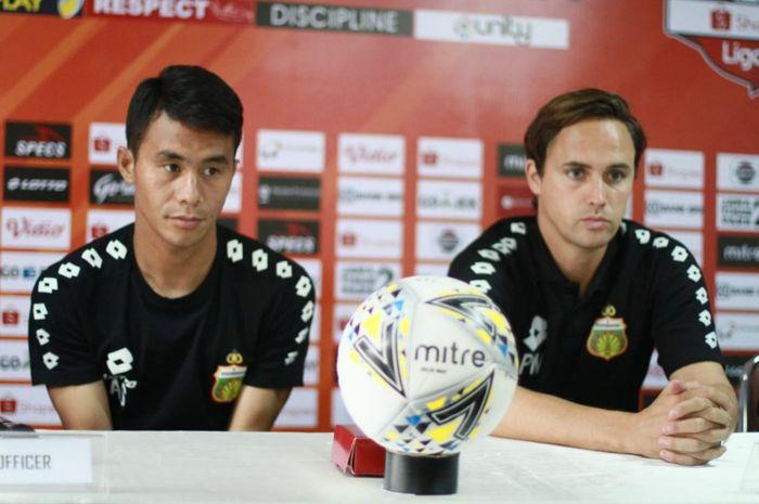 Bek sayap dan pelatih Bhayangkara FC, Alsan Sanda serta Paul Munster saat memberikan keterangan pers, Kamis (3/10/2019).