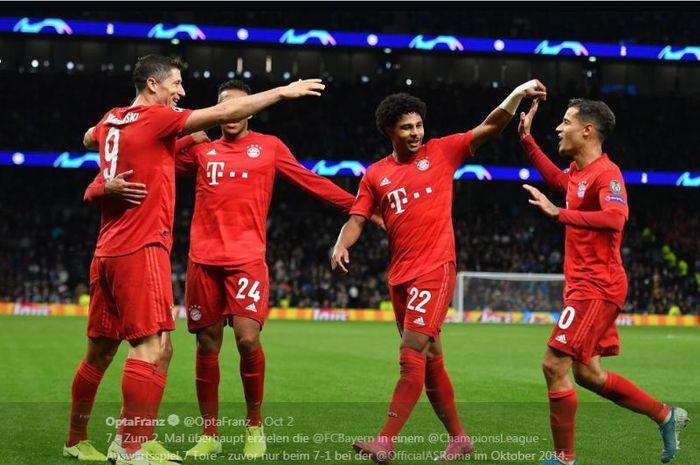 Para pemain Bayern Muenchen merayakan gol.