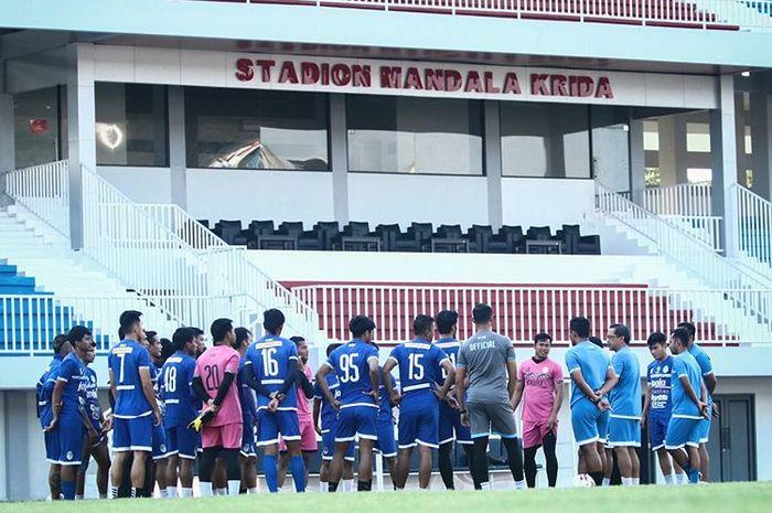 Skuad PSIM Yogyakarta mendapatkan arahan dari pelatih Aji Santoso saat latihan persiapan pertandingan Liga 2 2019.