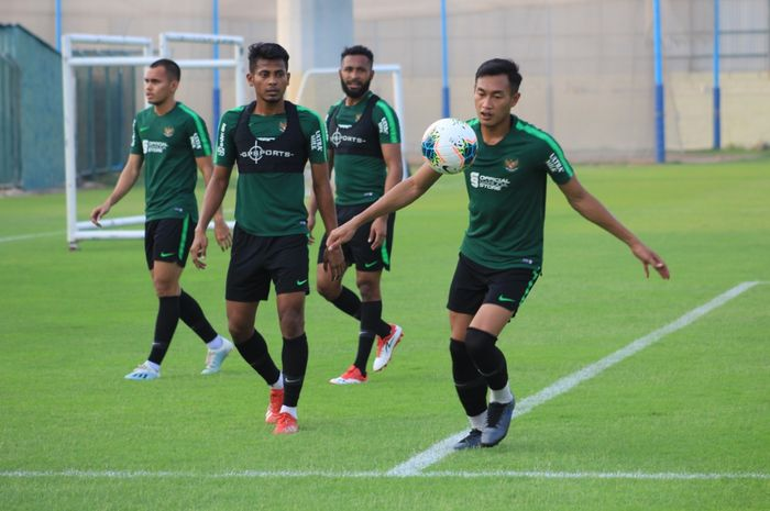 Hansamau Yama, Zulfiandi, Arthur Bonai, dan Rezaldi Hehanussa dalam latihan timnas Indonesia di Lapangan Iranian Club, Dubai, Uni Emirat Arab, Kamis (3/10/2019).