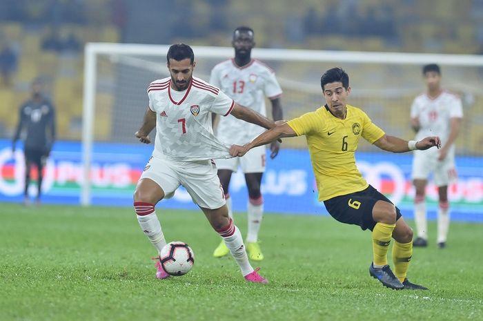 Striker timnas Uni Emirat Arab, Ali Mabkhout (kiri) mendapat pengawalan dari pemain timnas Malaysia, Brendan Gan, di Stadion Bukit Jalil, Kuala Lumpur, 10 September 2019.