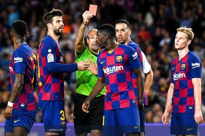 Winger FC Barcelona, Ousmane Dembele, mendapatkan kartu merah dalam laga pekan kedelapan Liga Spanyol melawan Sevilla di Stadion Camp Nou, 6 Oktober 2019.