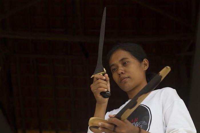 Mpu Ika Riska, satu - satunya wanita yang menjadi Mpu sejak duduk dibangku sekolah dasar sedang menunjukan karyanya.