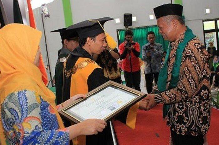 Tangis Haru Orang Tua dan Rektor Universitas Ini Pecah Saat Serah Terima Ijazah Almarhum Syahrul Mubarok, Meninggal Sebelum Wisuda Karena Idap Penyakit Cukup Lama