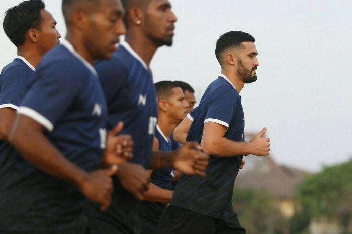 Para pemain Borneo FC melakoni latihan bersama.
