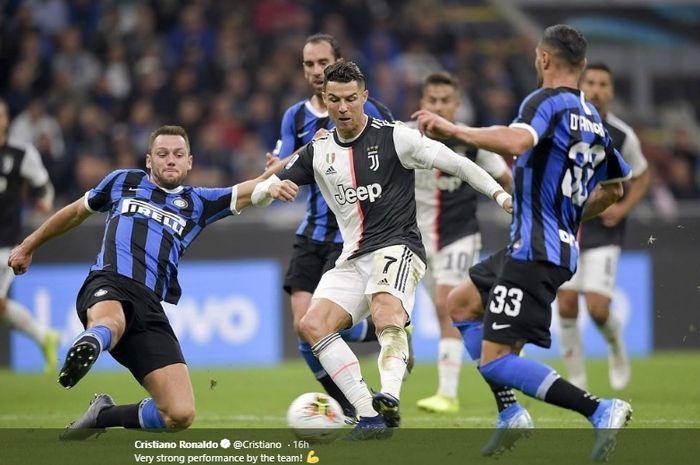 Cristiano Ronaldo dikepung dua pemain Inter Milan, Stefan de Vrij dan Danilo D'Ambrosio, dalam laga pekan ketujuh Liga Italia di Stadion Giuseppe Meazza, Minggu (6/10/2019).