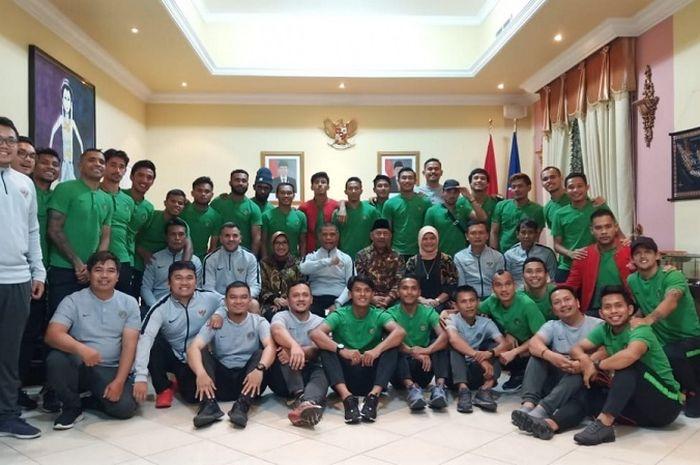 Timnas Indonesia mendapat sambutan hangat dari Konsulat Jendral (Konjen) dan Kedutaan Besar Republik Indonesia (Kedubes RI) di Uni Emirate Arab (UEA).