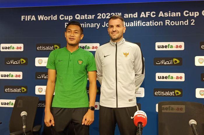 Bek dan pelatih timnas Indonesia, Hansamu Yama dan Simon McMenemy.