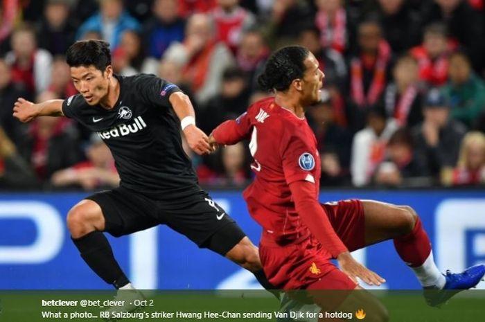 Penyerang RB Salzburg, Hwang Hee-chan, mengecoh bek termahal Liverpool, Virgil van Dijk, pada pertandingan matchday kedua Liga Champions 2019-2020 di Stadion Anfield.