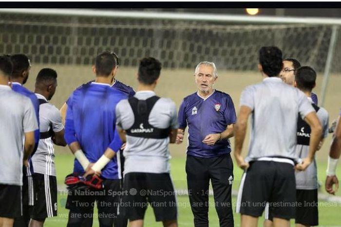 Bert van Marwijk memimpin sesi latihan timnas Uni Emirat Arab.