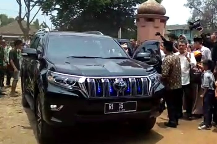 Toyota Land Cruiser Prado yang membawa Wiranto