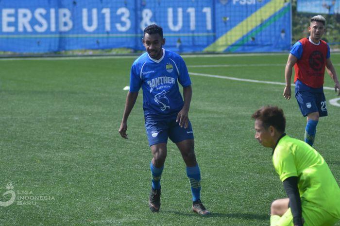Pemain muda Persib Bandung, Julius Josel Omkarsba, saat mengikuti latihan bersama pemain Maung Bandung.