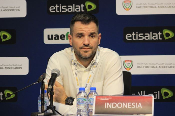 Pelatih timnas Indonesia, Simon McMenemy, dalam konferensi pers usai laga UEA versus Indonesia di Stadion Al-Maktoum, Kamis (10/10/2019).