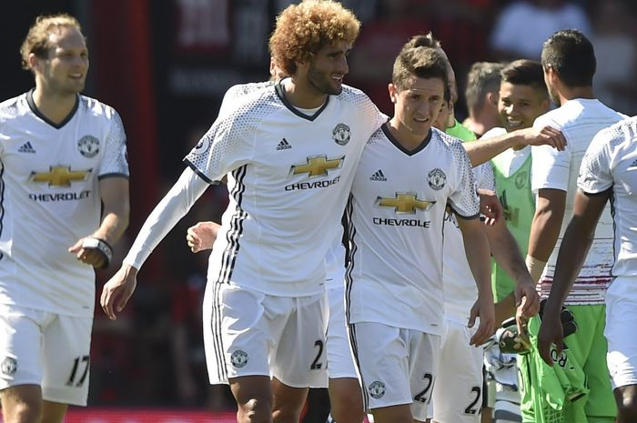 Marouane Fellaini (kiri) dan Ander Herrera (kanan) saat masih berseragam Manchester United.