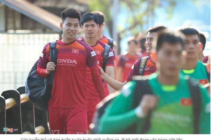 Pemain dan ofisial timnas Vietnam jalan kaki ke Stadion Gelora Samudra, Kuta, Bali, karena terjebak macet.