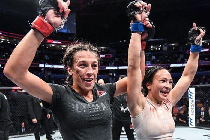 Joanna Jedrzejczyk (kiri) dan Michelle Waterson (kanan) berpose bersama usai melakoni duel pada UFC Fight Night 161, Sabtu (12/10/2019)