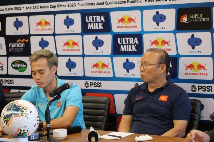 Pelatih Vietnam Park Hang-seo (kanan) dan Nguyen Van Toan dalam sesi jumpa pers jelang lawan Indonesia dalam lanjutan Kualifikasi Piala Dunia 2022 di Maya Sanur, Bali, Senin (14/10/2019).
