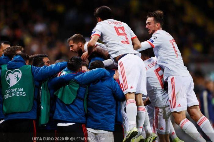 Para pemain timnas Spanyol merayakan gol yang dicetak oleh Rodrigo Moreno dalam laga Grup F Kualifikasi Euro 2020 melawan timnas Swedia di Stadion Friends Arena, Selasa (15/10/2019).