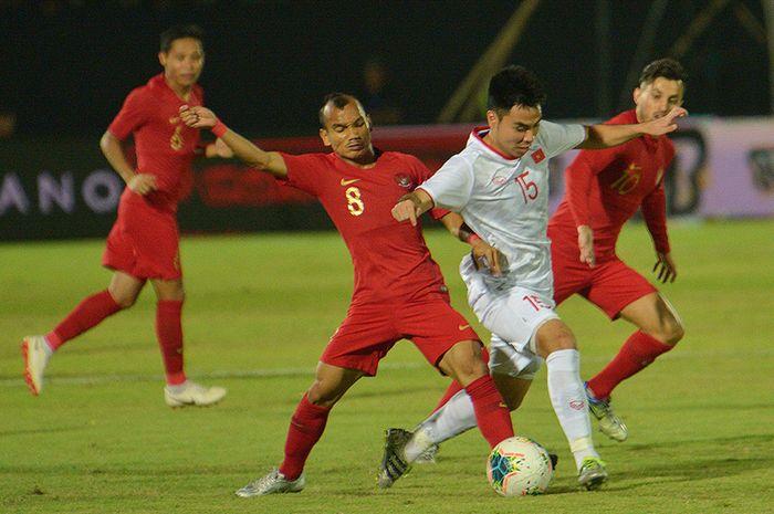 Pesepak bola Timnas Indonesia Riko Simanjuntak (kedua kiri) berebut bola dengan pesepak bola Timnas Vietnam Pham Duc Hui (kedua kanan) dalam pertandingan Grup G Kualifikasi Piala Dunia 2022 zona Asia di Stadion I Wayan Dipta, Gianyar, Bali, Selasa (15/10/2019). Indonesia kalah dari Vietnam dengan sk