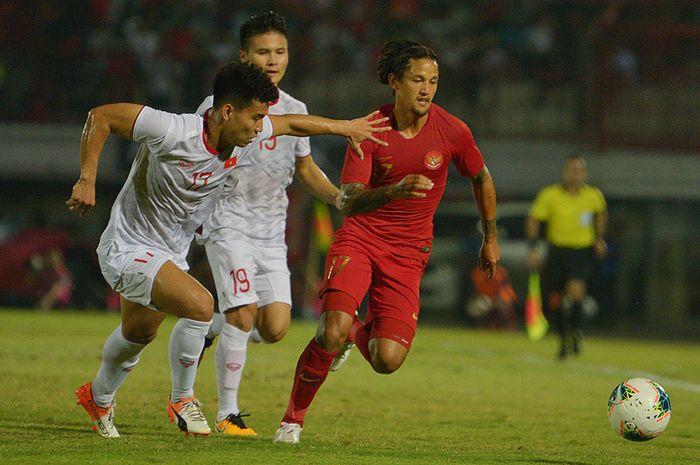 Pesepak bola Timnas Indonesia Irfan Bachdim (kanan) melewati pesepak bola Timnas Vietnam Vu Van Thanh (kiri) dalam pertandingan Grup G Kualifikasi Piala Dunia 2022 zona Asia di Stadion I Wayan Dipta, Gianyar, Bali, Selasa (15/10/2019). Indonesia kalah dari Vietnam dengan skor 1-3.
